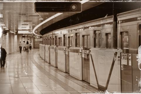 地下鉄のホーム 画像
